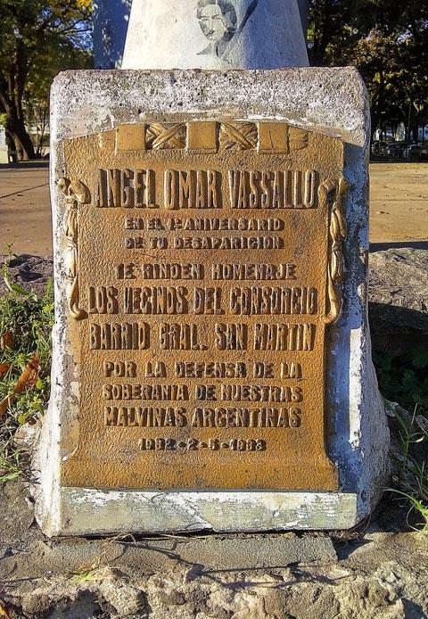 Monolito en homenaje a Vassallo
